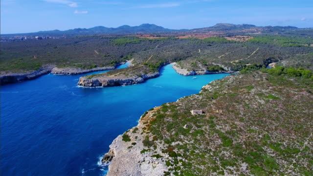 Arial Ansicht von drei kleinen Cala der Ostküste auf der spanischen Baleareninsel Mallorca / Spanien