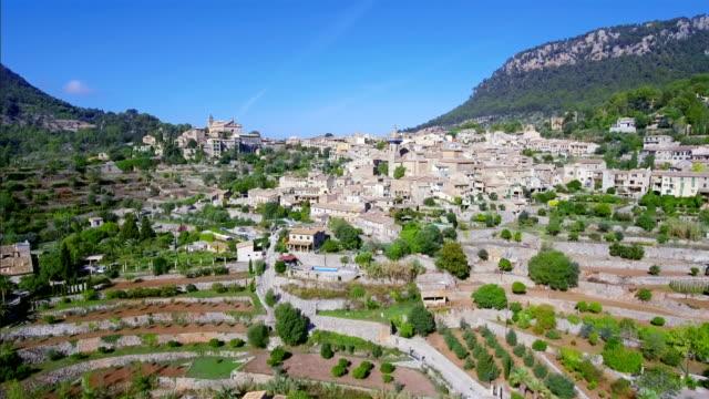 Arial Ansicht von Valldemossa auf der Baleareninsel Mallorca durch die Sierra de Tramuntana