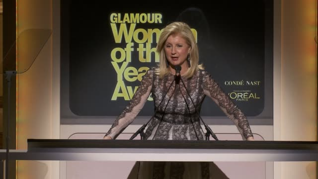 vídeos de stock e filmes b-roll de speech arianna huffington introduces natalia vodianova who accepts her award talks about naked heart foundation which she founded in russia to help... - símbolo ortográfico