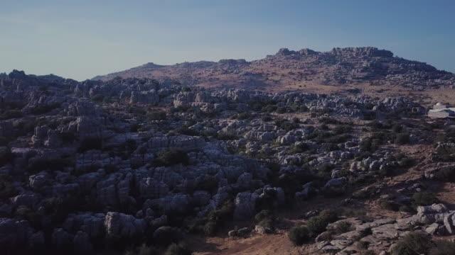 vídeos y material grabado en eventos de stock de montañas de clima árido de españa. vista aérea - paisaje árido