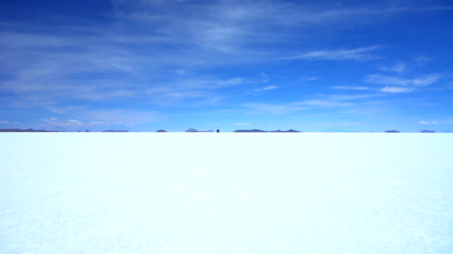 arid salt flats journey in 4x4 vehicle adventure - bolivien stock-videos und b-roll-filmmaterial
