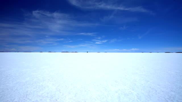 arid salt flats journey in 4x4 vehicle adventure - ウユニ塩湖点の映像素材/bロール