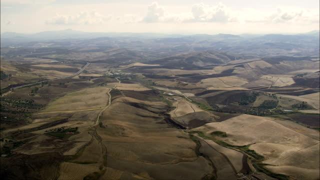 paesaggio arido scicilian-vista aerea-sicilia, provincia di enna, enna, italia - clima arido video stock e b–roll