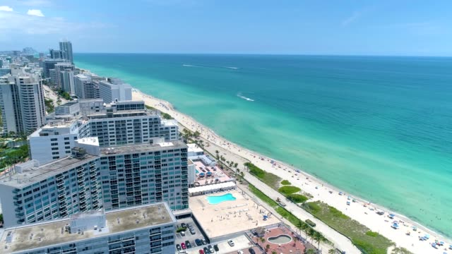 ariel view of condos and hotels on miami beach florida - gulf coast states 個影片檔及 b 捲影像