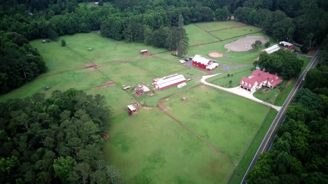 stockvideo's en b-roll-footage met ariel view of farm and road in milton, georgia - boerderijschuur