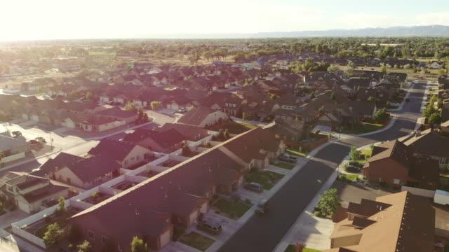 vídeos y material grabado en eventos de stock de ariel view of neighborhood street lined with homes on a sunny summer day - grand junction