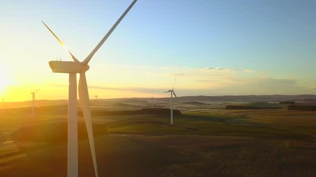 vidéos et rushes de vue ariel des turbines du drone - panning