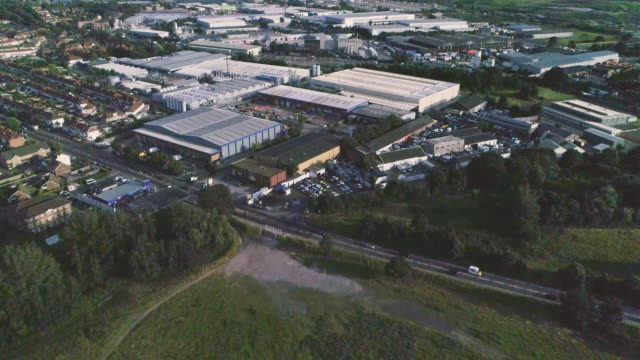 vídeos de stock e filmes b-roll de ariel view over industrial estate - silício