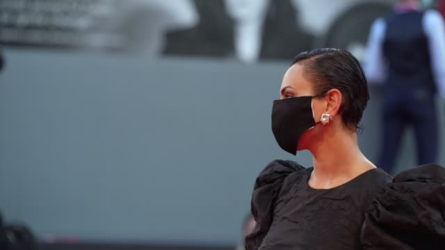 stockvideo's en b-roll-footage met arisa arrives wearing ppe mask on the red carpet ahead of the 'padrenostro' screening during the 77th venice film festival on september 03 2020 in... - filmfestival