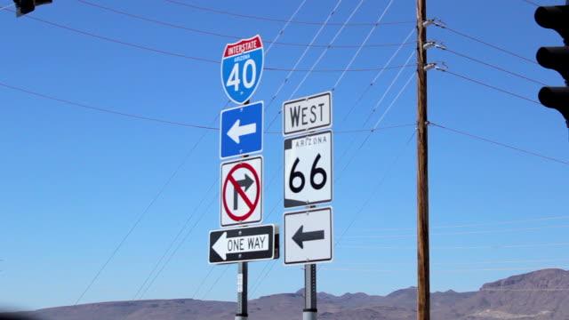 vidéos et rushes de croix de la signalisation routière sur la route 66 en arizona - route 66