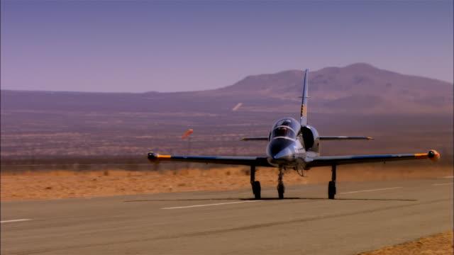 ms, usa, arizona, grand canyon, aero l-39 albatross taking off - 軍用機点の映像素材/bロール
