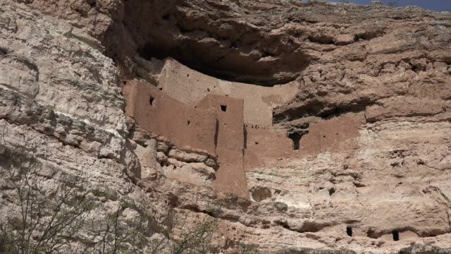 arizona montezuma castle cliff dwelling side view zoom in.movzooms in on a side view of the cliff dwellings at montezuma castle national monument. - cliff dwelling stock videos & royalty-free footage