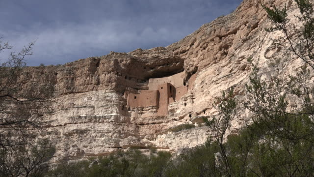 vídeos y material grabado en eventos de stock de arizona montezuma castle on cliff zoom in.mov - vivienda en roca