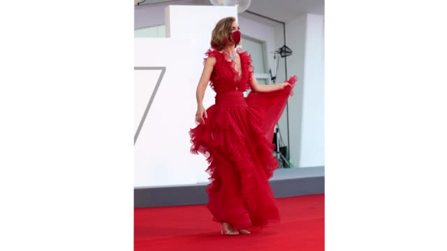 venice italy september 05 arizona muse walks the red carpet ahead of the movie miss marx at the 77th venice film festival on september 05 2020 in... - gif stock videos & royalty-free footage