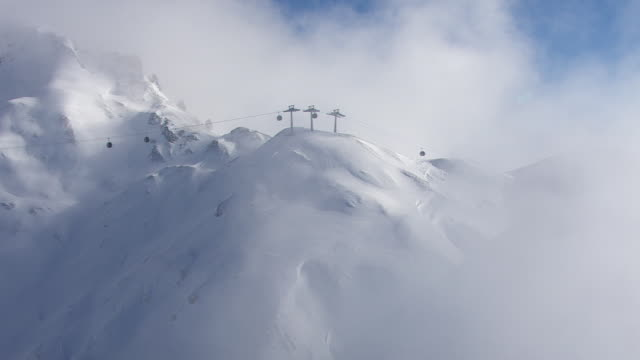 arlberg - mistz mountains in lech - seggiovia video stock e b–roll