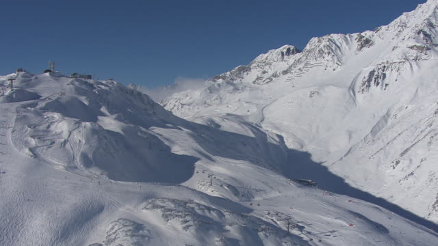Arlberg - Skiers from above 02