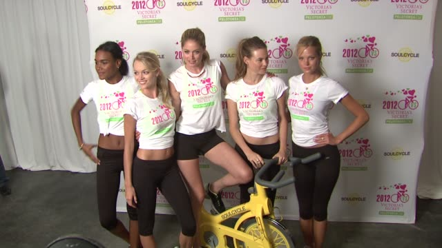 stockvideo's en b-roll-footage met arlenis sosa, lindsay ellingson, doutzen kroes, behati prinsloo and erin heatherton victoria secret 2nd annual supermodel cycle benefiting cancer... - rijwiel