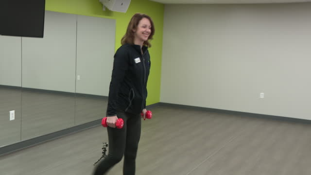 wgn arlington heights il us people exercising at fitness class in arlington ridge center in arlington heights illinois on saturday january 4 2020 - exercise equipment stock videos & royalty-free footage