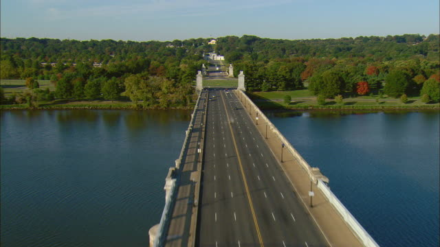 aerial arlington memorial bridge and entrance to arlington national cemetery, arlington, virginia, usa - arlington virginia video stock e b–roll