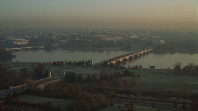 low aerial, arlington memorial bridge, lincoln memorial and washington monument, virginia, usa - arlington virginia video stock e b–roll
