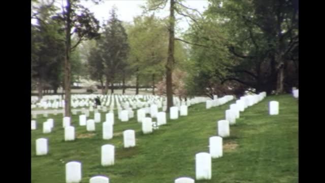 1964 arlington national cemetery graves and eternal flame - cimitero nazionale di arlington video stock e b–roll