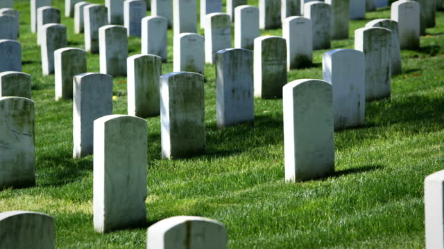stockvideo's en b-roll-footage met arlington national cemetery in spring medium angle of graves - amerikaanse zeemacht