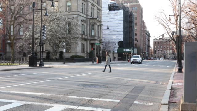 vidéos et rushes de arlington street which is usually packed with bumper to bumper traffic in boston mass on march 26 2020 during the evening commute governor charlie... - boston