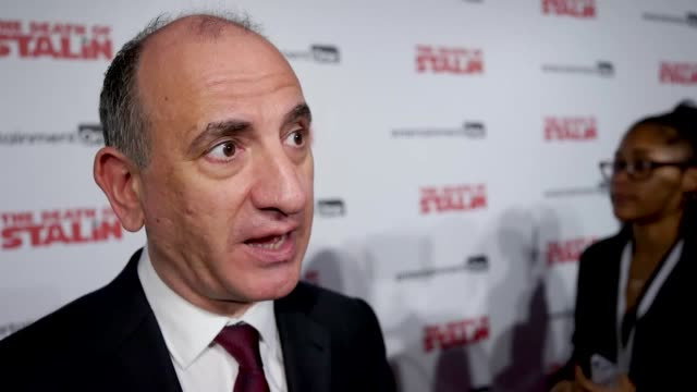 vídeos y material grabado en eventos de stock de armando iannucci jason isaacs and andrea riseborough attend the uk premiere of the death of stalin where they discuss harvey weinstein women in... - armando iannucci