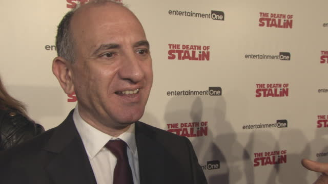vídeos y material grabado en eventos de stock de interview armando iannucci on the reaction to the film how he got the star studded cast together the relevance of modern day events to the story on... - armando iannucci