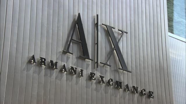 vídeos de stock, filmes e b-roll de cu, armani exchange sign, fifth avenue, new york city, new york, usa - giorgio armani marca de moda