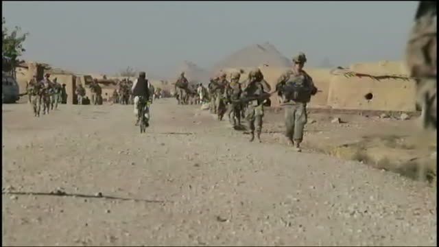 armed and uniformed us soldiers march during training at us army base in afghanistan. - war or terrorism or military点の映像素材/bロール
