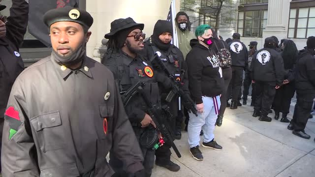 vídeos y material grabado en eventos de stock de armed black activists on monday gathered outside the virginia state capitol in richmond to rally on lobby day ahead of the inauguration of... - virginia estado de los eeuu