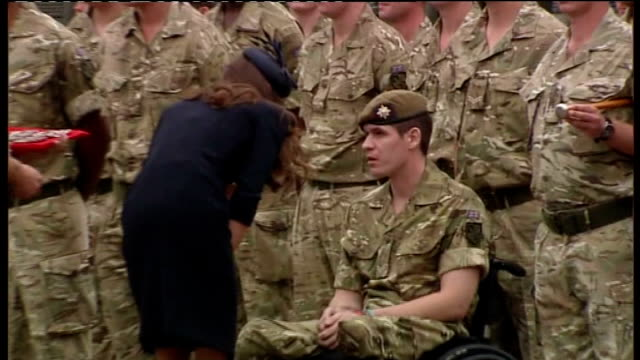 armed forces day; ** music heard over following sequence sot ** duchess of cambridge speaking with soldier in wheelchair close shot duchess of... - itv weekend late news点の映像素材/bロール