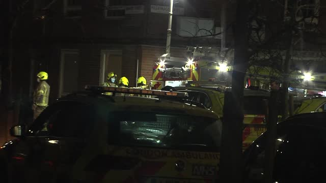 vídeos y material grabado en eventos de stock de armed police attend siege in southwark; england: london: southwark/borough: ext at night various of police officers maintaining a cordon on street /... - war and conflict