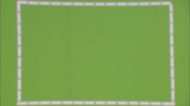 vídeos y material grabado en eventos de stock de armed roman soldiers march past a green screen. - soldado romano