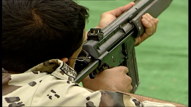 armed special forces soldiers in training saudia arabia riyadh ext various good views of uniformed saudi special forces soldiers taking part in... - militärisches trainingslager stock-videos und b-roll-filmmaterial