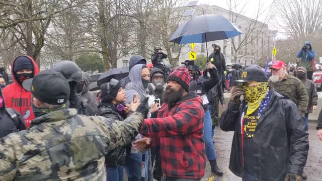 vídeos y material grabado en eventos de stock de armed supporters of president trump protest on january 6, 2021 in salem, oregon. trump supporters gathered at state capitals across the country to... - oregon us state