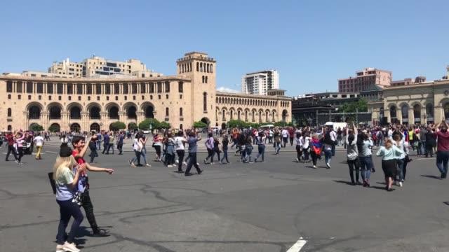 vídeos y material grabado en eventos de stock de armenian protesters block the main streets of yerevan in armenia on may 02, 2018 after armenia's opposition leader nikol pashinyan called for a... - 2018