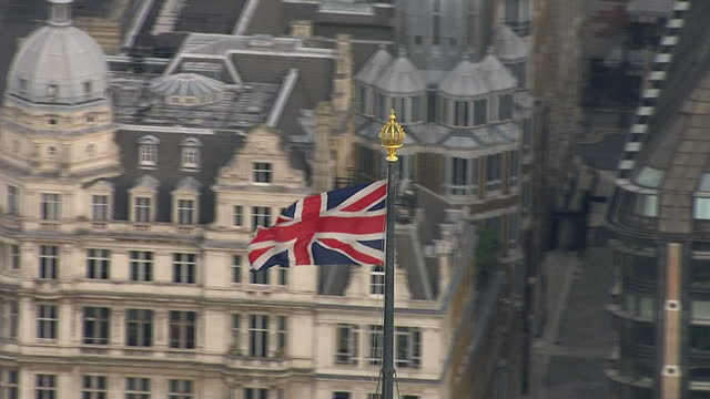 stockvideo's en b-roll-footage met armistice day 2014 showing aerial shots of union jack flag on top of westminster palace, houses of parliament, on november 11, 2014 in london,... - alle vlaggen van europa