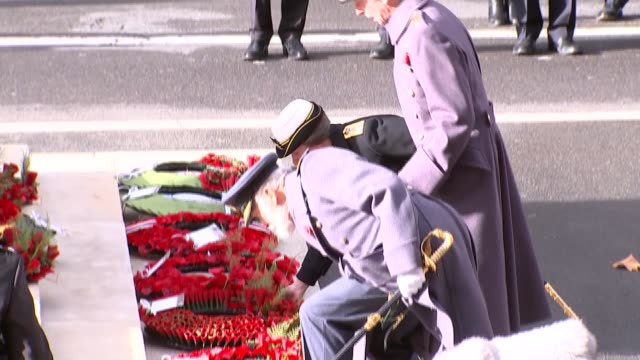 stockvideo's en b-roll-footage met cenotaph main feed; england: london: whitehall: princess anne, princess royal, prince edward, duke of kent and prince michael of kent lay wreaths /... - krans