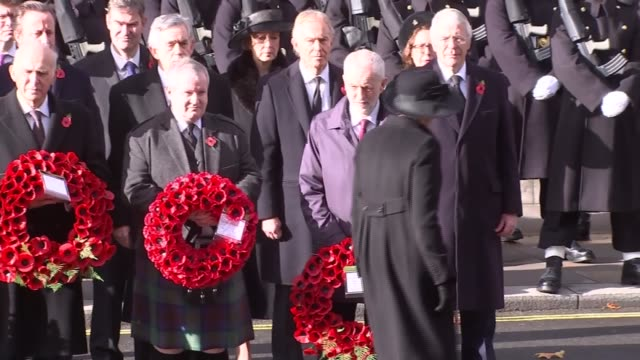 cenotaph main feed england london whitehall theresa may lays wreath / jeremy corbyn lays wreath / prince harry stood / prince william - armistizio video stock e b–roll