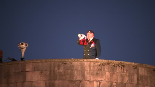 stockvideo's en b-roll-footage met last post at tower of london england london tower of london gvs bugler on ramparts plays last post as beefeaters stand to attention / - yeomen warder