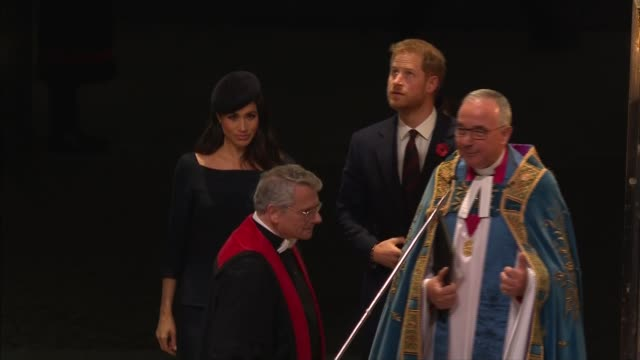stockvideo's en b-roll-footage met royal family arrives at westminster abbey service; england: london: westminster: westminster abbey: ext at night cars along arriving / prince harry,... - westminster abbey