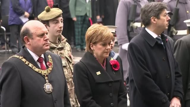 wwi centenary marked at services at cenotaph and across world uk edinburgh royal mile remembrance day ceremony outside st giles cathedral / nicola... - リース点の映像素材/bロール