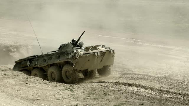 véhicule blindé de transport de troupes surmonte un fossé rempli d'eau