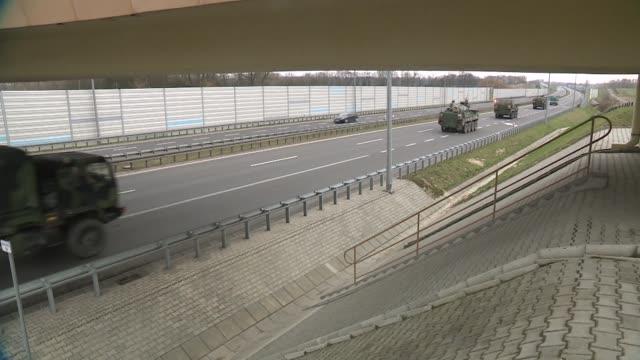 vídeos de stock e filmes b-roll de armored transport convoy - veículo terrestre comercial