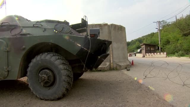 armored transport vehicle - nato stock-videos und b-roll-filmmaterial