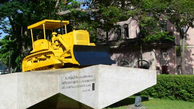 armoured train derailment monument: original caterpillar bulldozer used by ernesto che guevara's troops during the battle of santa clara in december... - 脱線点の映像素材/bロール