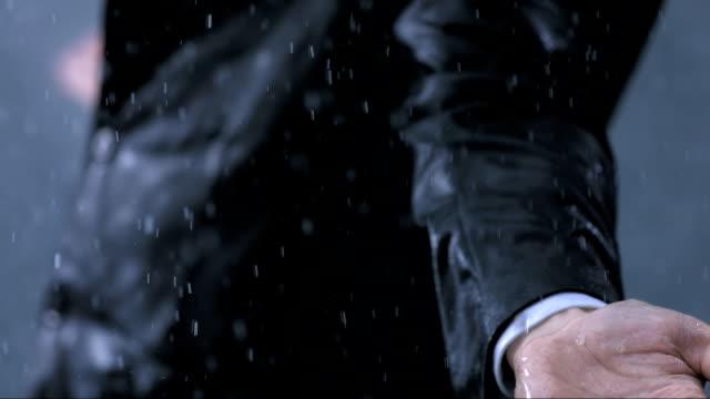 Ausgestreckte Arme In The Rain (Super Zeitlupe)