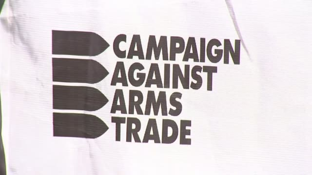 uk arms sales to saudi arabia declared 'unlawful' england london royal courts of justice ext various of campaign against arms trade demonstrators... - ラゲ オマール点の映像素材/bロール